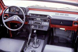 """Mercedes-Benz G-Modell der Baureihe 460, Interieur. Foto aus dem Jahr 1979. In der Mitte der Armaturentafel findet der Fahrer griffgünstige Drucktastenschalter sowie die Regler für Heizung und Lüftung. Zur gehobenen Innenausstattung gehören Formschaumteile, die einige Blechflächen abdecken.     Mercedes-Benz """"G"""" model from model series 460, interior. Photograph from 1979. Pushbutton switches as well as the heating and ventilation controls were positioned in the centre of the instrument panel within easy reach of the driver. The superior-quality interior appointments included moulded foam elements covering some of the sheet-metal surfaces."""