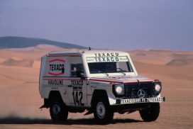 Auf diesem Mercedes-Benz 280 GE der Baureihe 460 gewinnen Jacky Ickx und Claude Brasseur die Rallye Paris–Dakar 1983.   Jacky Ickx and Claude Brasseur won the Paris–Dakar Rally in this Mercedes-Benz 280 GE from model series 460.