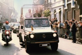 Papst Johannes Paul II. unterwegs in seinem Papstwagen Mercedes-Benz 230 G mit dem Kennzeichen SCV 7.   Pope John Paul II out and about in his Mercedes-Benz 230 G Popemobile with registration number SCV 7.