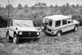 "Mercedes-Benz Geländewagen als offener Wagen mit kurzem Radstand (2.400 Millimeter) und Station-Wagen mit langem Radstand (2.850 Millimeter). Fotografie aus der im November 1975 erschienen internen Broschüre ""Mercedes-Benz Cross Country Car. Technical Description"".   Mercedes-Benz off-road vehicle as an open vehicle with short wheelbase (2,400 millimetres) and a station wagon with long wheelbase (2,850 millimetres). Photograph from the internal brochure ""Mercedes-Benz Cross Country Car. Technical Description"" published in November 1975."